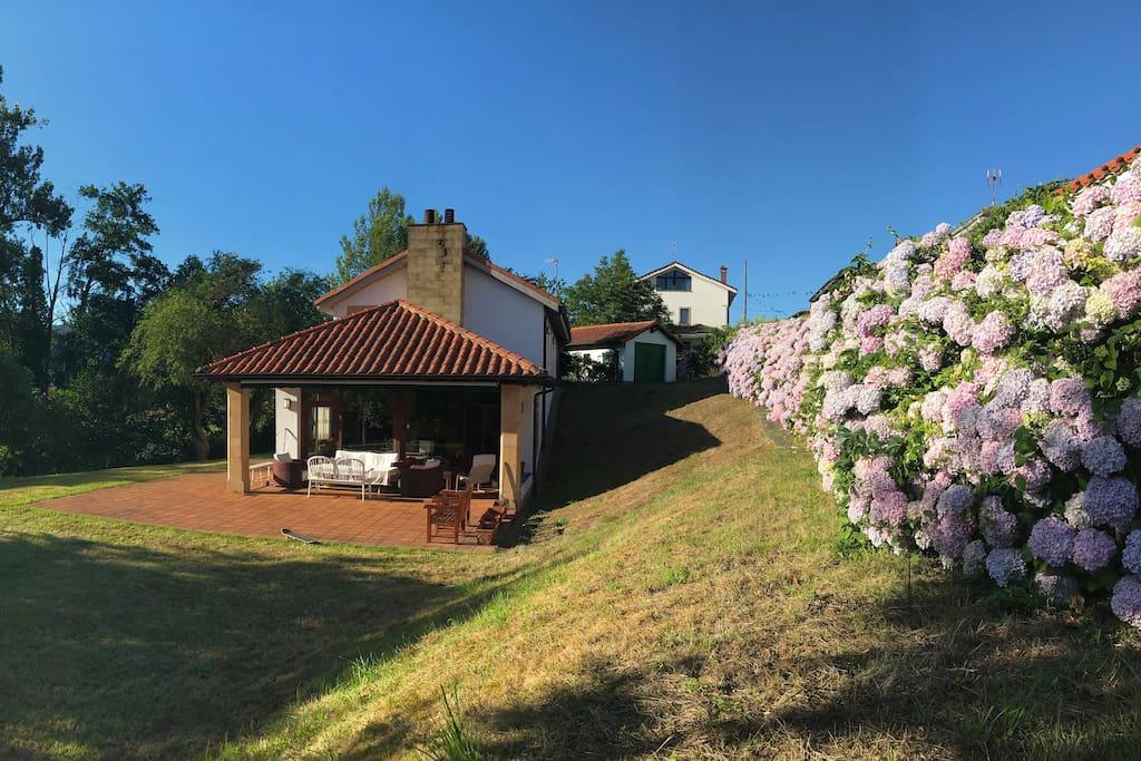 Casa familiar jardin costa asturias gijon 20 min for Casa jardin asturias