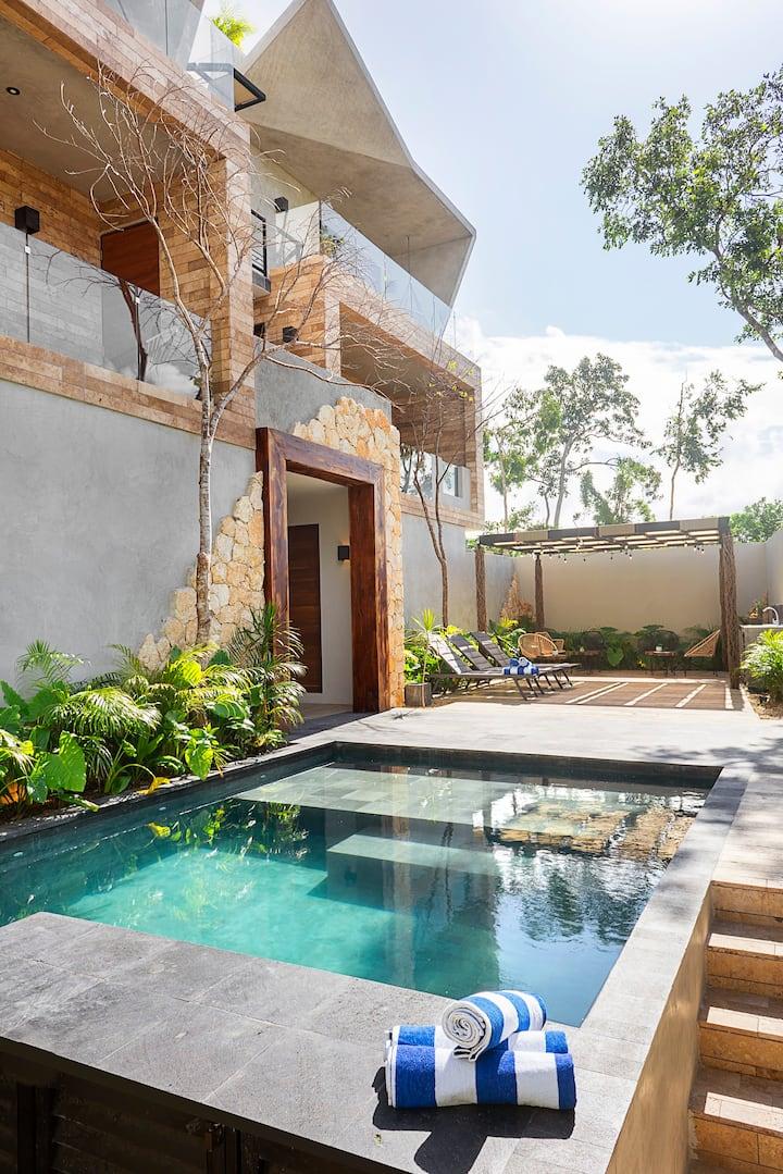 NEW condo. Private swim-up pool. 60MB fiberline