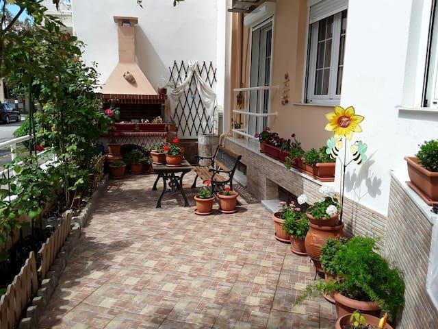 Φωτεινό και ευρύχωρο διαμέρισμα με κήπο στο Βόλο