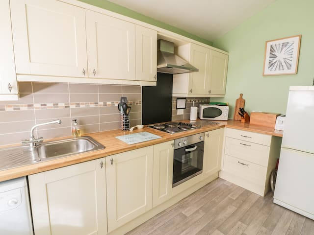 2 ARGOED, pet friendly, with open fire in Llanbedrog, Ref 967410