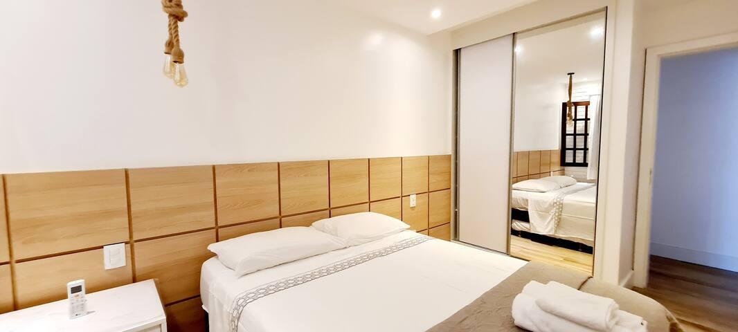 Suite 3. Armario 2 porta com espelho, cama queen e 1 bicama para 1 criança. Ar condicionado Split