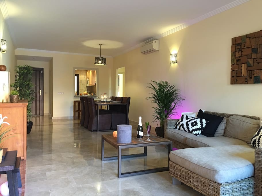 Grand salon- salle à  manger . Vue terrasse et air conditionné -chauffage . Téléviseur LCD chaînes espagnoles et anglaises . DVD .