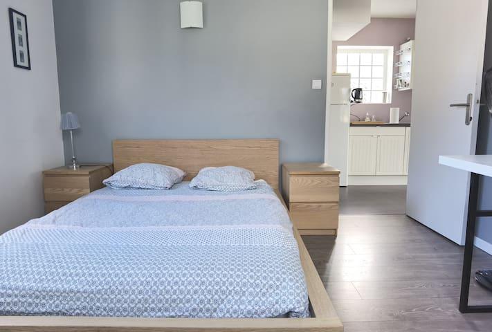 Chambre composée d'un lit  2 personnes, d'un bureau de travail et d'une armoire.