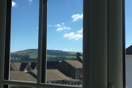 Quiet spacious room, distant views - Steeton
