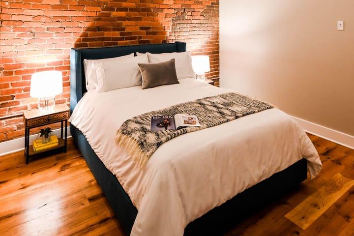 Bedroom 205 View1 / Queen Bed