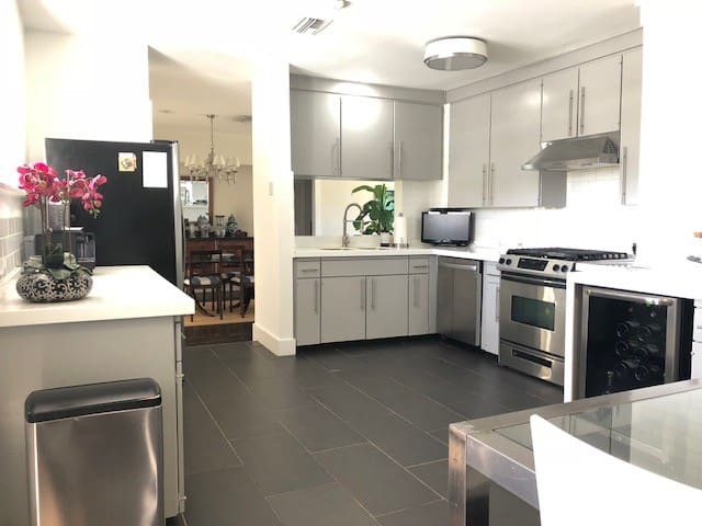 Chefs Kitchen, pots and pans, oven dishes, cutting boards, Dishwasher!