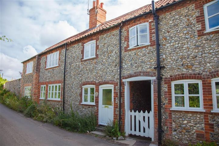 Poppy Cottage, Great Walsingham, Norfolk - Norfolk - House