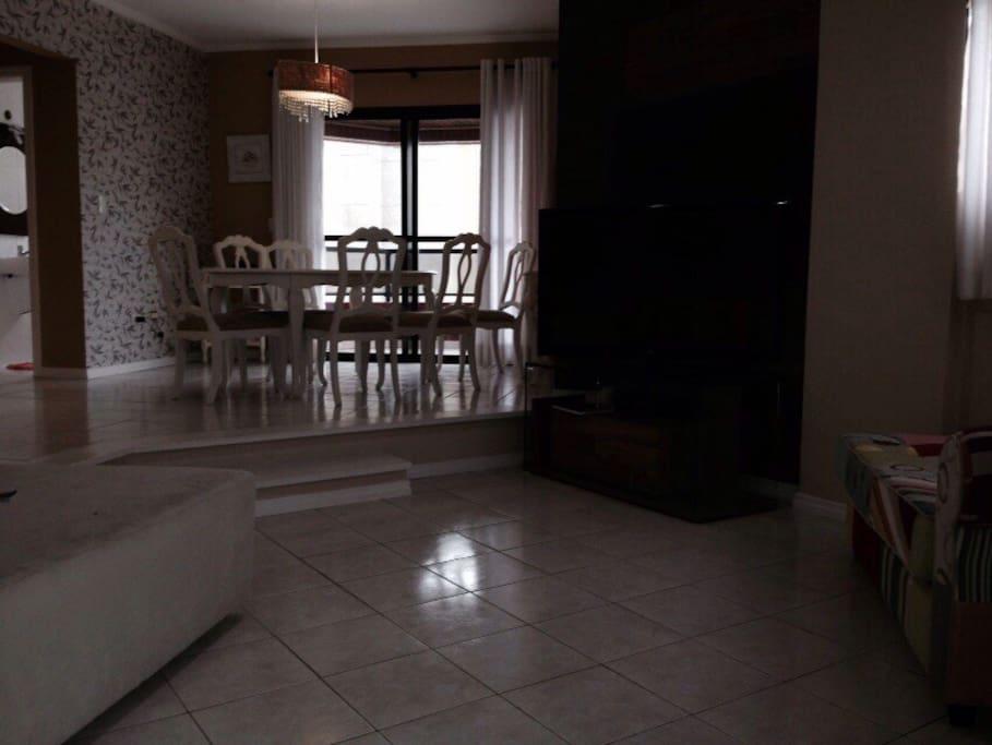 Sala com ambiente de jantar e de estar