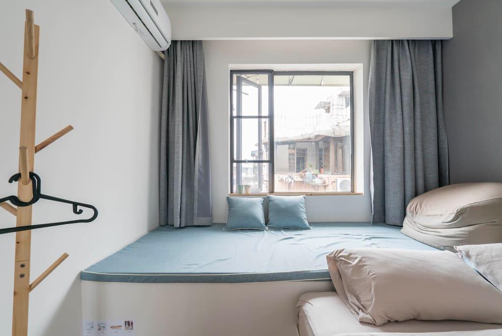 【房间内】进门架子可以挂衣服,空调能制冷制热。