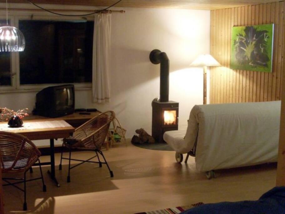 ... die Wohnzimmerecke mit Kamin.