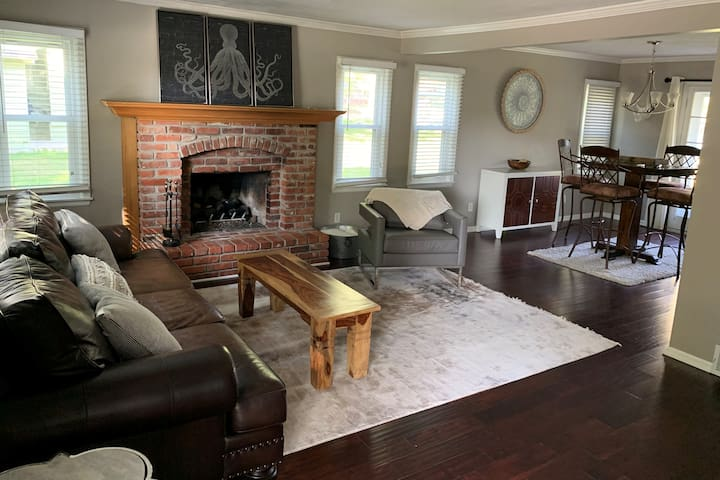 Cozy 'n Clean Cape Cod Close to all things KC!