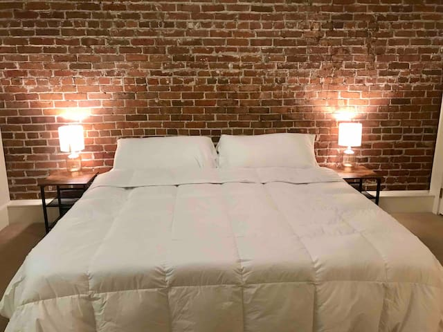 """The """"August Room"""" Historic Downtown Loft on Ashley"""