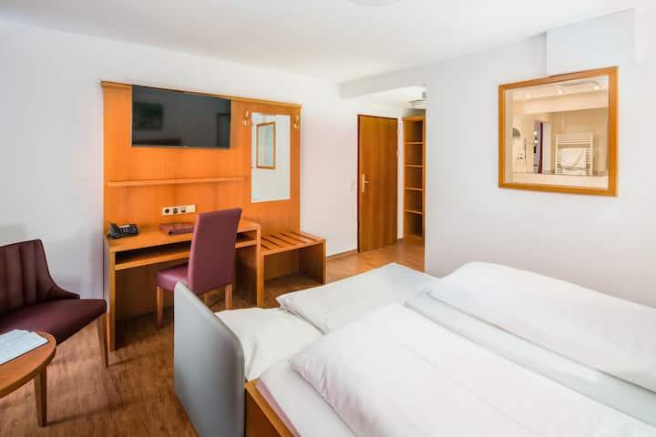 Hotel Ochsen, (Blaubeuren), Dreibettzimmer mit Dusche