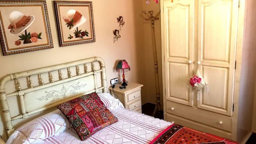 Segundo dormitorio con cama individual.