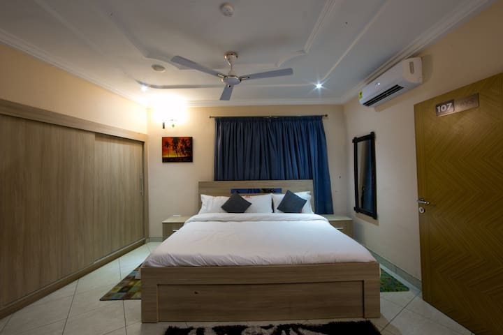 A Luxurious Affordable Lodge- Accra - Accra - Rekkehus