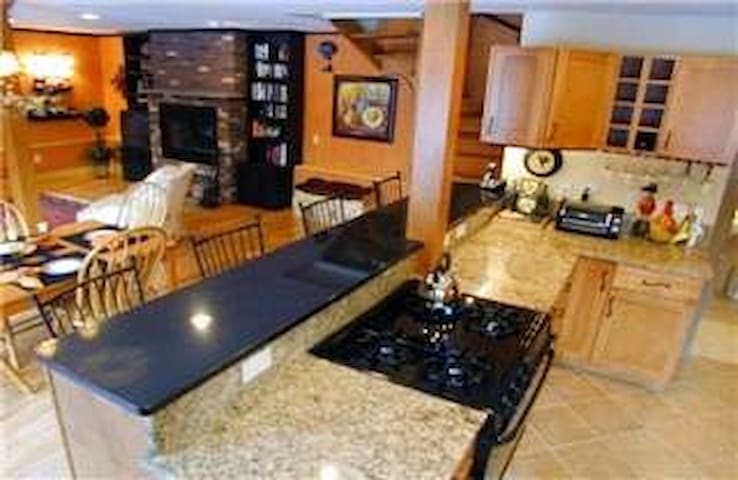 Nestled in Woods, quiet road, sleeps 9 - Hartland - House