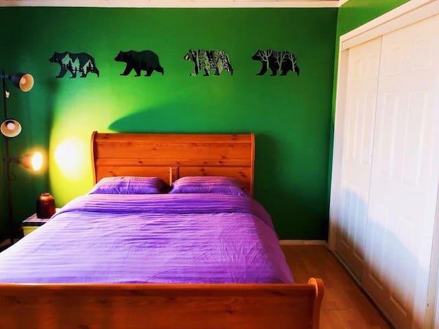Queen size Bedroom, free breakfast and pick up