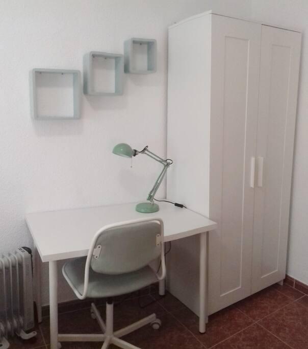 espacio de trabajo con silla giratoria / work space with swivel chair