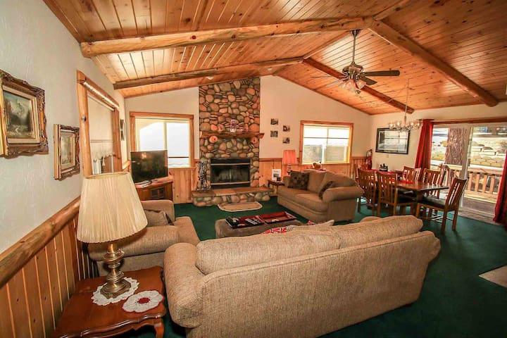 Honey Bear Lodge Mountain Cabin~Laundry~Garage~Equipped Kitchen~Fireplace~WiFi~ - Lac Big Bear - Maison