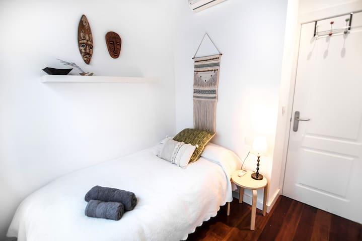 La habitación más pequeña tiene una cama de 1,05!