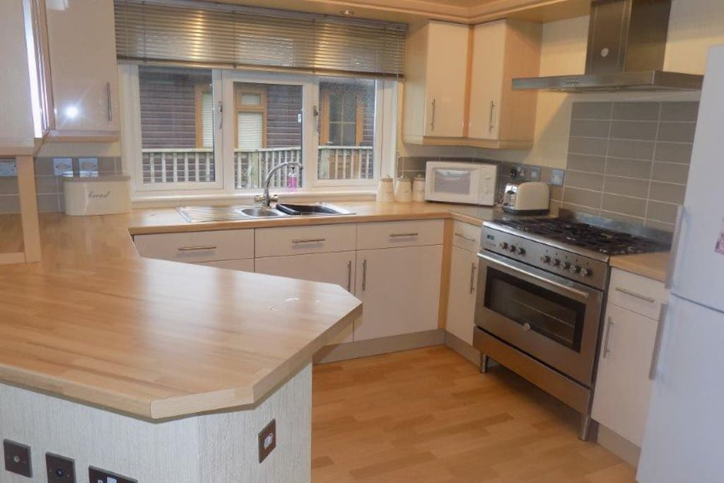 Fully equipped kitchen including dishwasher & washing machine