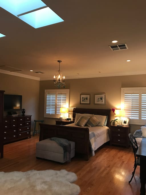 Queen Bed, High Ceilings, Wood Floors