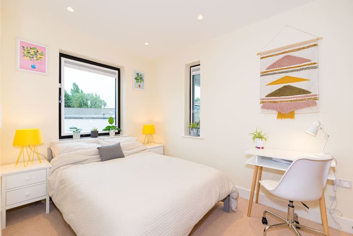 Private room in luxury new flat - Ealing Broadway