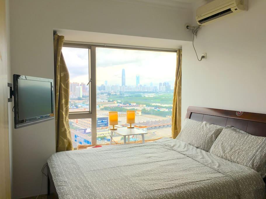 你的房间,窗外是无敌景色,晚上还可以躺在床上看电视,真的好享受!