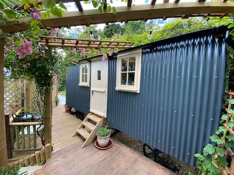 Hill Rise Shepherds Hut with sea views and hot tub