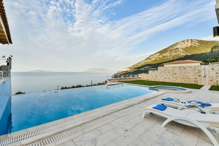 Villa with Striking views over the infinity Pool