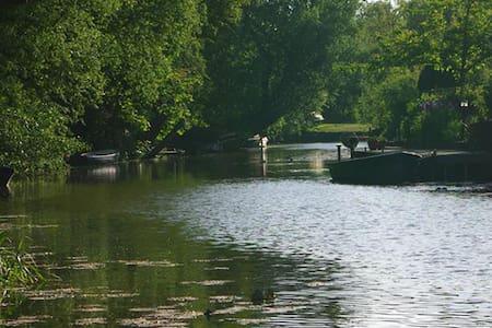 Sfeervolle ruimte aan het water vlakbij Leeuwarden - Wirdum