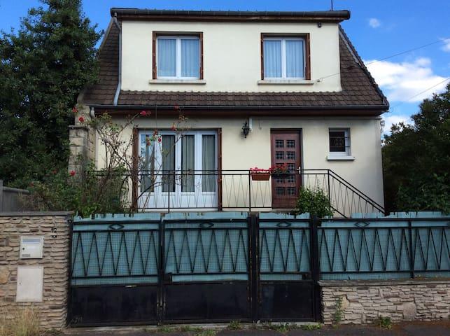 Large house (100 m2) with garden, close to Paris - Bondy - Huis