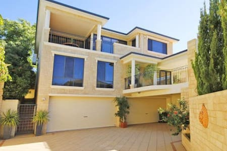 Luxury Residence with River Views! - Attadale - Huis