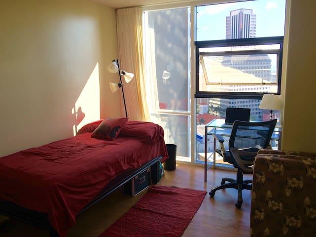 Private room in bright condo - Honolulu