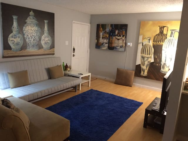 Great updated 2/2 Near Downtown