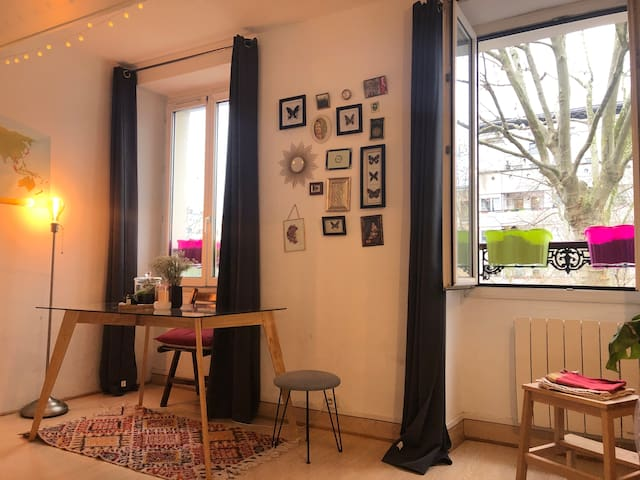 Cosy apartment in a typical parisian neighborhood!