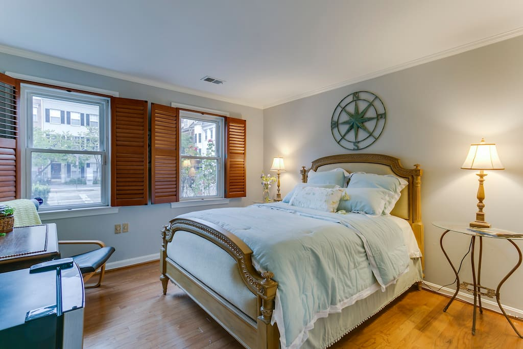 The windows have wooden shutters that y close up so you can sleep in total darkness and wake up at your leisure.