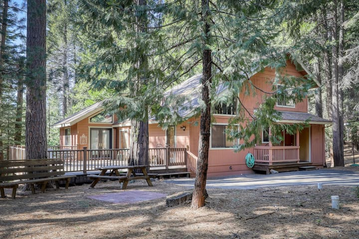 Dog-friendly home w/forest views, walk to Snowshoe Lake - community Rec. Center!