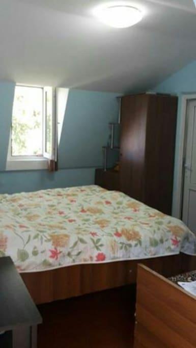 в комнате 2 кровати:одна двуспальняя и одна односпальняя