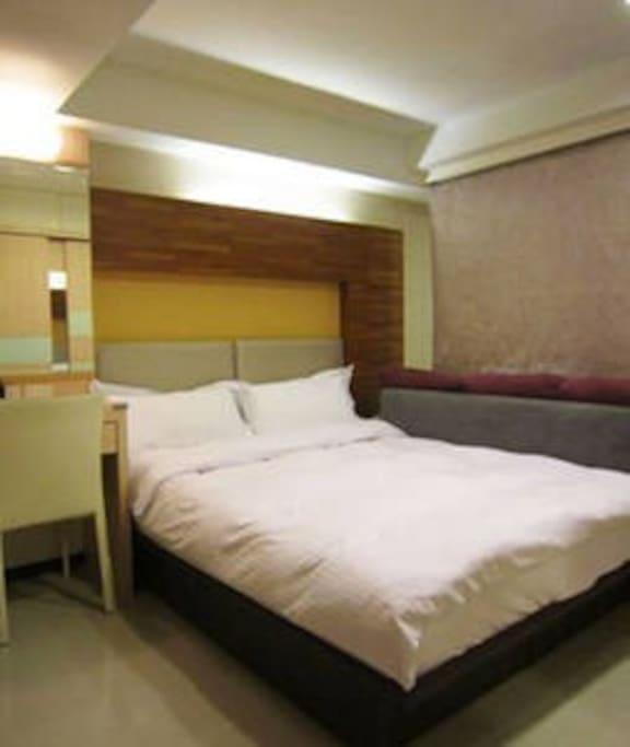 二張床中間有隔簾