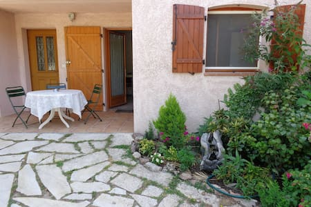 Peaceful garden level flat still near activities - Pégomas - Casa