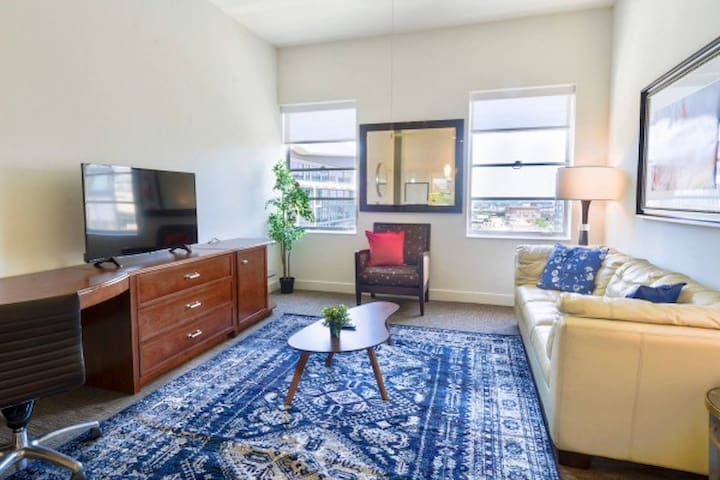 Bright Classy 1BR Apt with huge patio & Pullout
