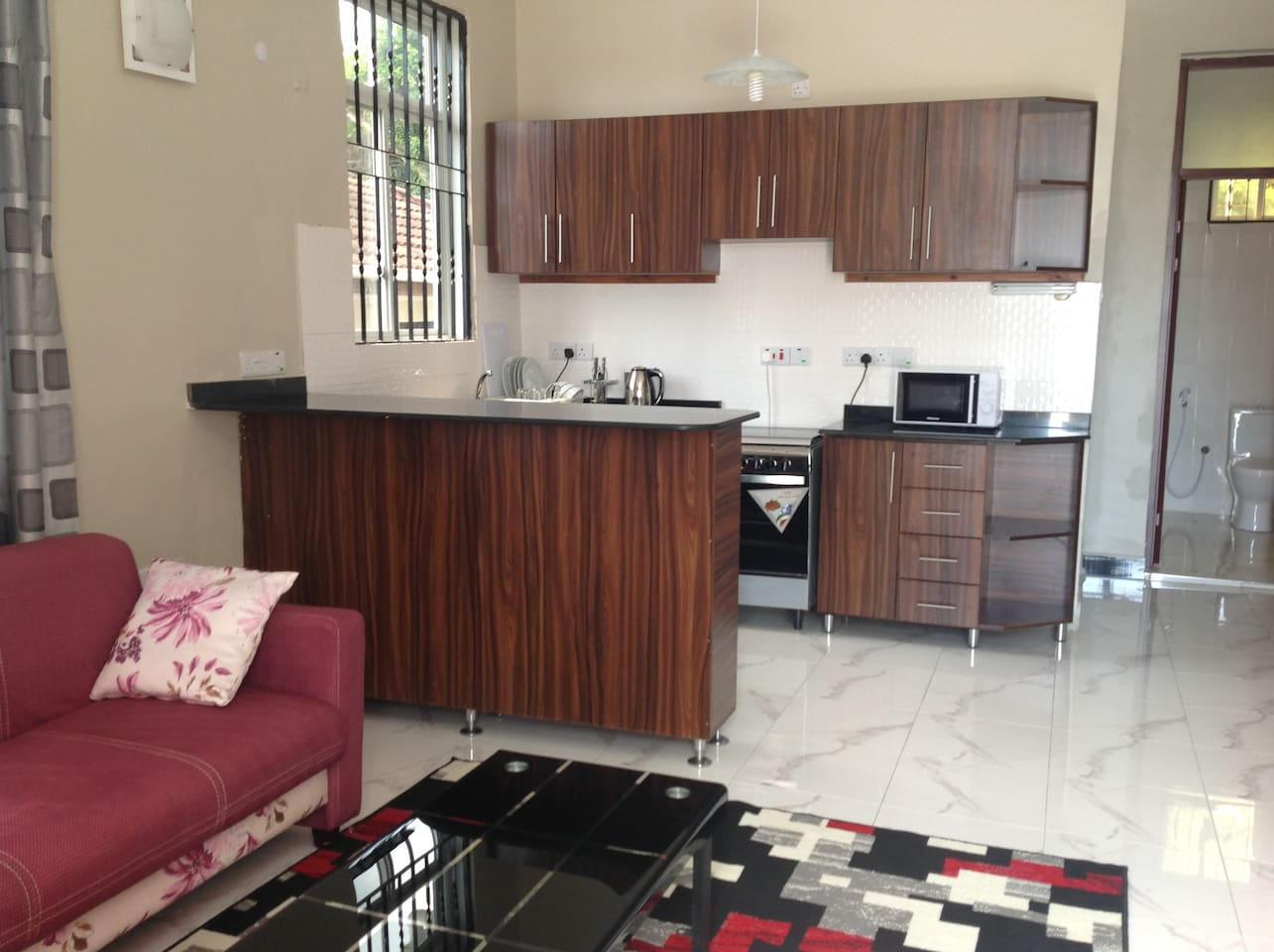 Clean open plan living/ dining/fully equipped kitchen