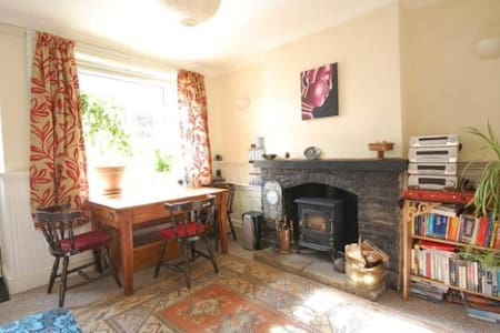 Bright cottage, Desborough, near Market Harborough - Desborough - Ház