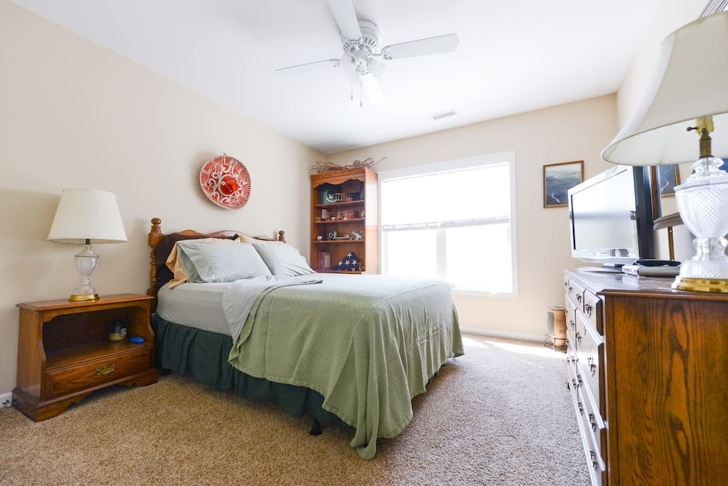 Enjoy your stay in this spacious, bright and clean 2nd floor guest bedroom.