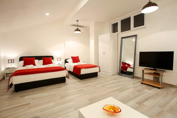 Super Central Renovated Private Red Room