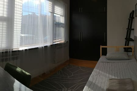 Bright room with panoramic window - Queens - Casa