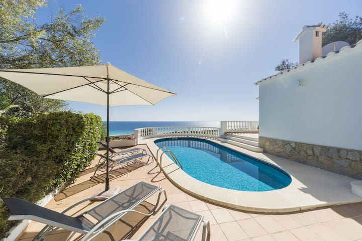 Villa Amoura: fantastic newly renovated house overlooking the beach of Son Bou