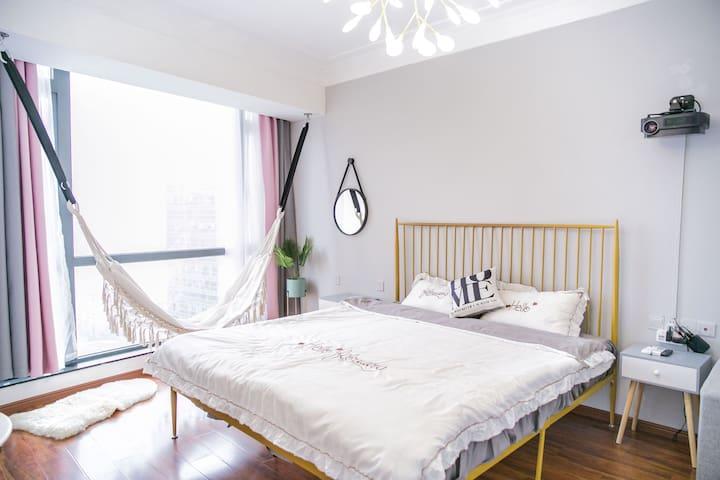 【榛果と恋人-城上·uptown】广场地铁口公寓·别致吊床房