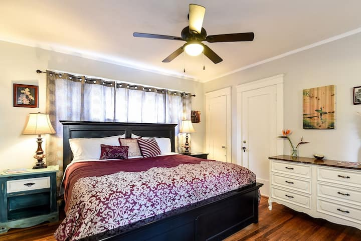 *MidTown Charmer*King Bed/Best Location/Great WiFi